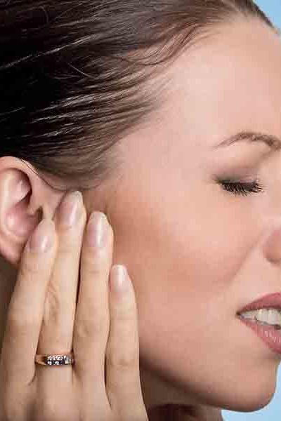 Jeune femme ayant mal à l'oreille a cause d'acouphènes.