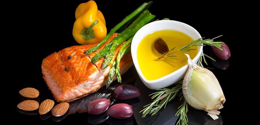 Morceau de poisson avec des amandes et de l'huile d'olive, pour une alimentation contre la cellulite.
