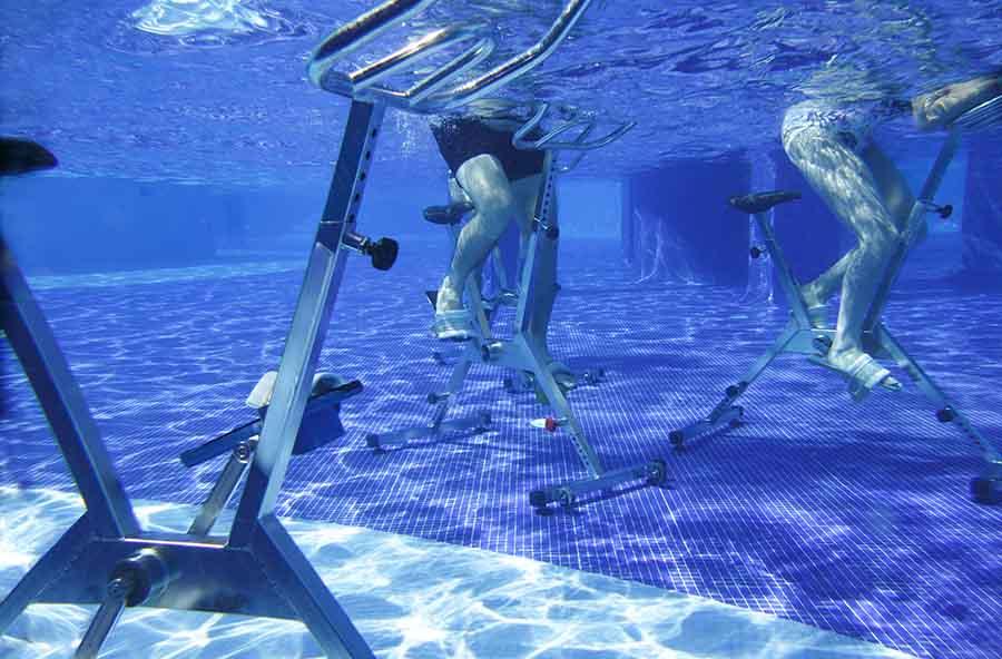 Vue sous-marine d'un homme faisant de l'aqua-bike.