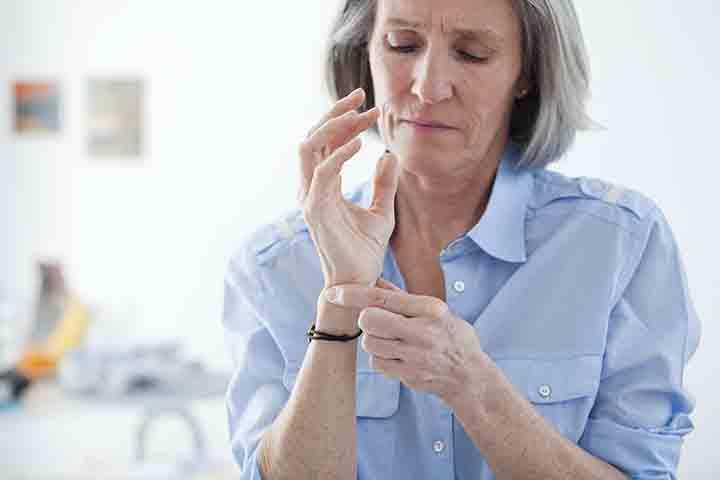 Femme ayant de l'arthrose dans le poignet.