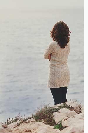 Une femme triste et déprimée profondément dans ses pensées à l'extérieur.