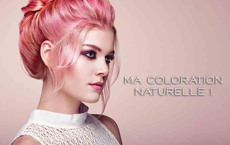 Femme avec une coiffure élégante et brillantede couleur rose pastel.