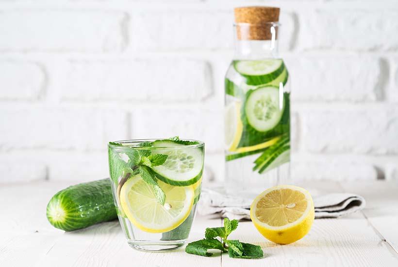 Infusion détox eau au concombre, citron et menthe en bouteille.