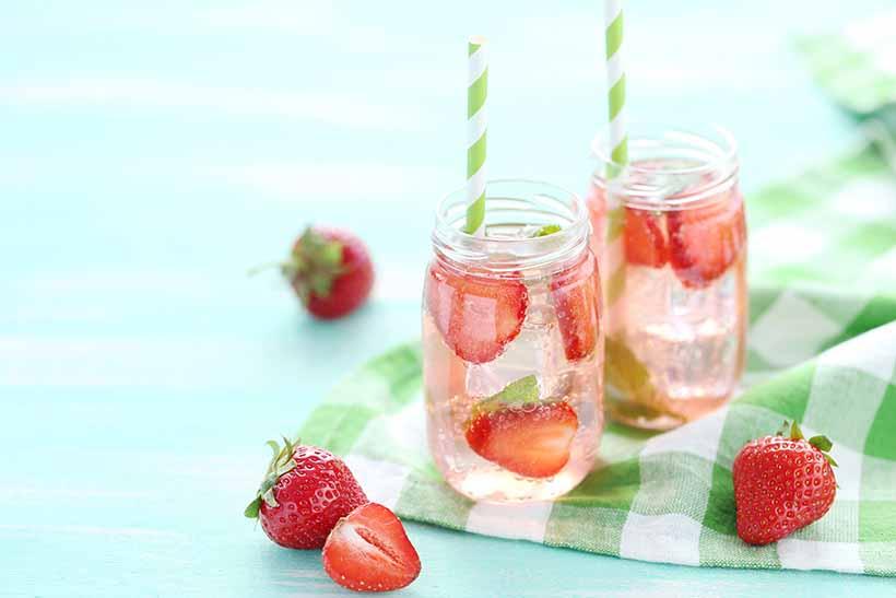 Boisson fraiche de fraise et d'eau.