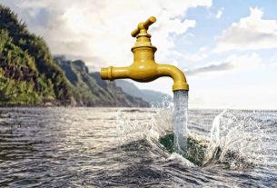 De l'eau coule d'un robinet.