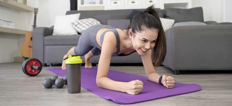 femme faisant dur sport à la maison.