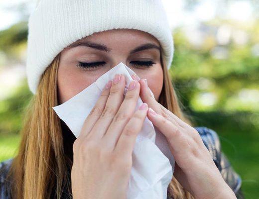 Femme ayant un rhume se mouche.