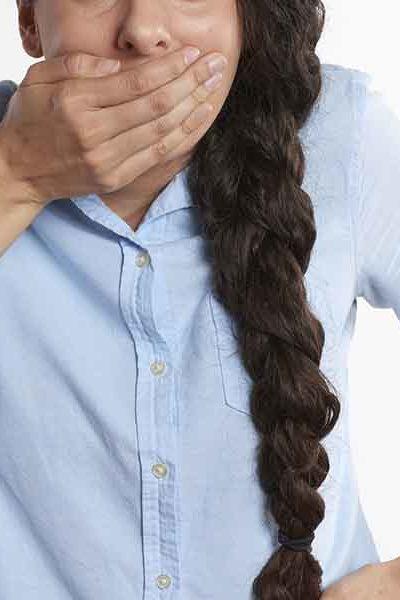 Une main sur la bouche contre la mauvaise haleine.
