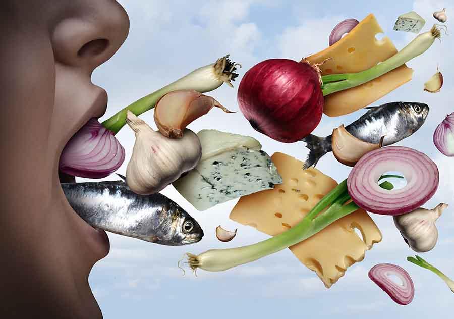 Aliments sortant de la bouche, provoquant une mauvaise haleine.