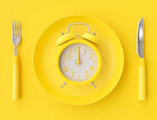 Un reveil jaune dans une assiette jaune.