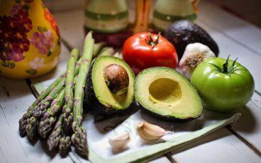Plusieurs sortes de légumes sur une table.