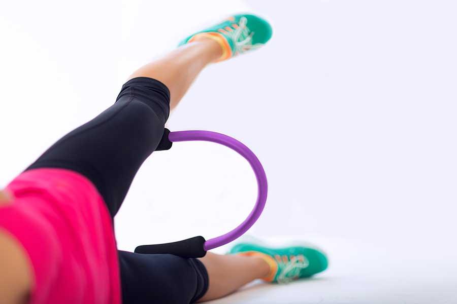 Faire du sport au sol en levant la jambe.
