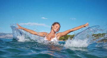 Sportive partiquant le longe-cote dans la mer.