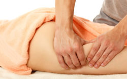 Masseur effectuant un massage anti cellulite.