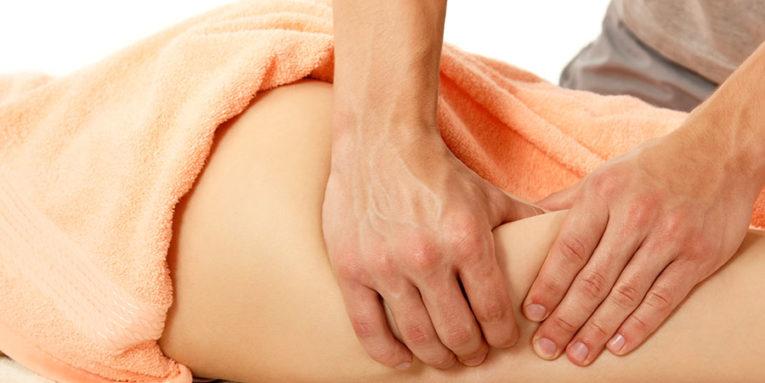 Masseur effectuant un massage anti cellulite.