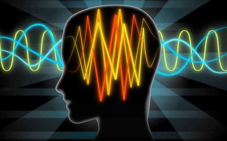 Tête traversée par des ondes électromagnétiques.