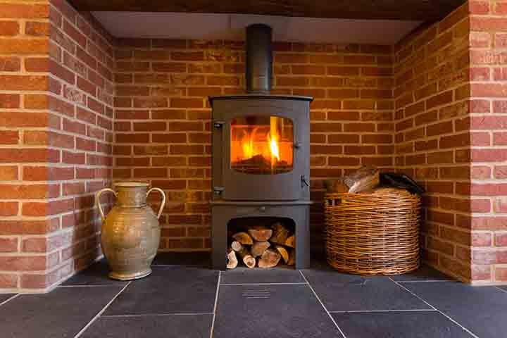 Un poêle ou brule le bois dans une maison.