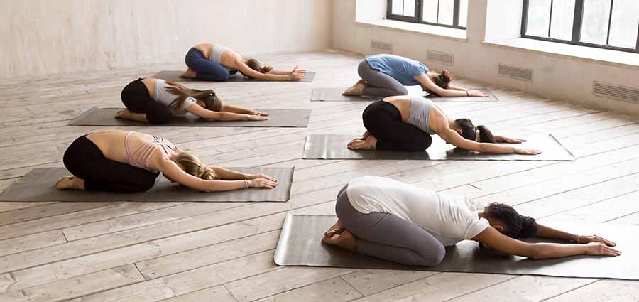 Yogis, faisant la posture de yoga de l'enfant.
