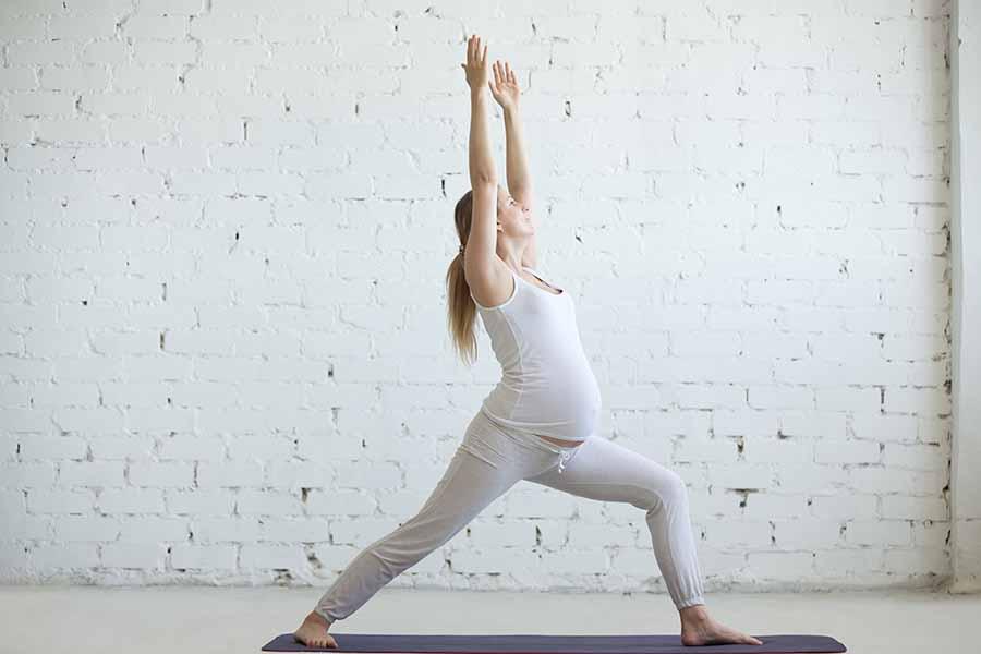Posture du guerrier en yoga.