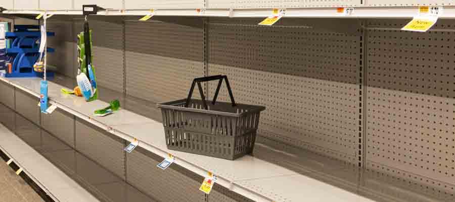 Les étagères des magasins vides en raison de la pandémie de coronavirus.
