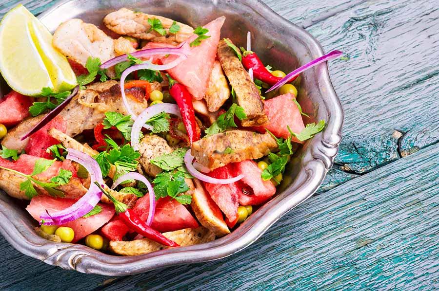 Boeuf en salade avec de lapastèque et du mais.