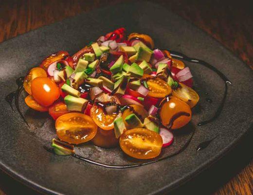 Salade de tomates rouges et jaunes sur une assiétte.