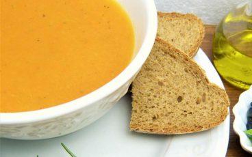 Bol de soupe de gingembre et carottes.