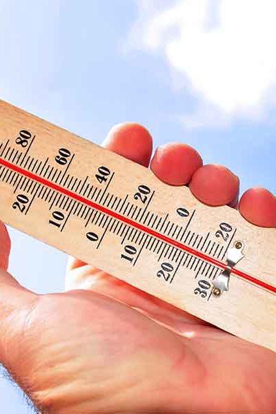 Un thermometre dans une main.