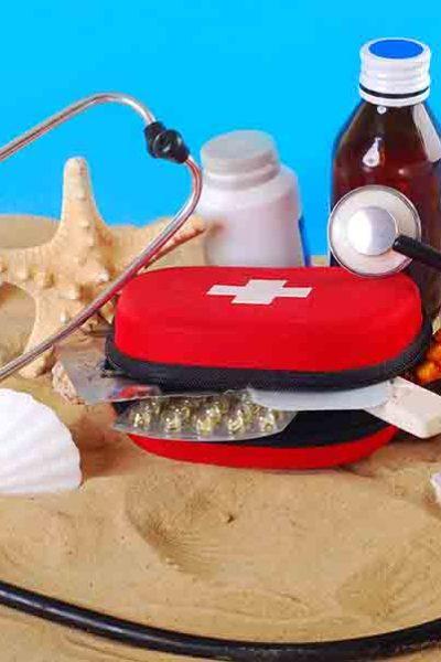 Tousse de secour médicale sur une plage.