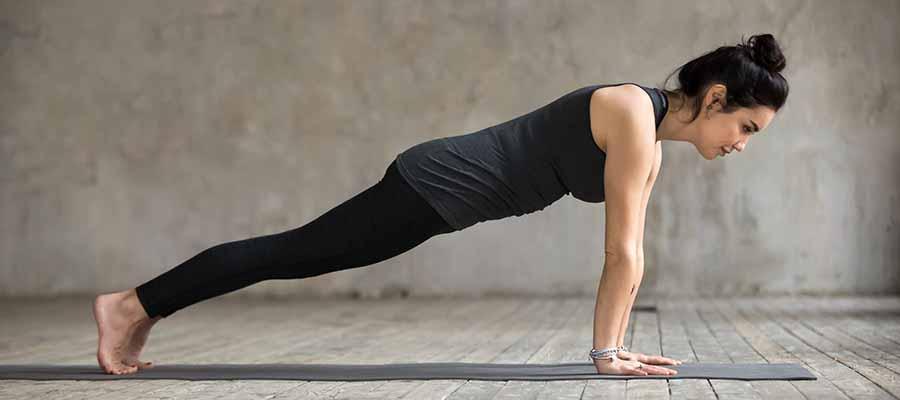 Posture de la planche en yoga.